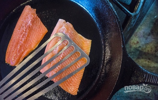 Жаренная на сковороде форель - фото шаг 3