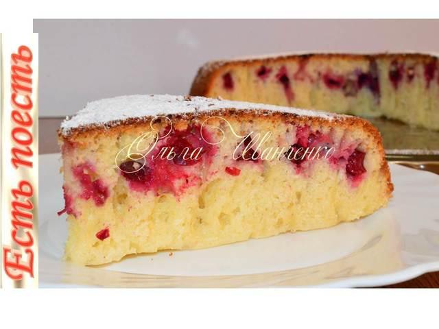 Фото к рецепту: Пирог с ягодами на сковороде, без духовки