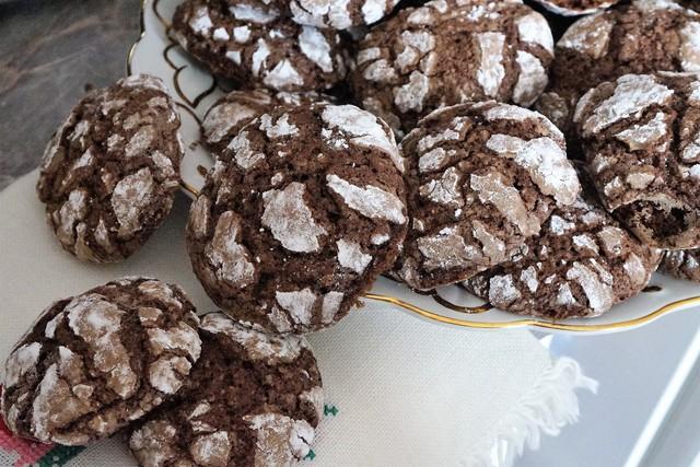 Фото к рецепту: Шоколадное печенье с трещинами