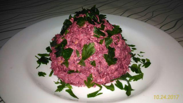 Фото к рецепту: Пикантный дешёвый сезонный салатик из свеклы с сыром!