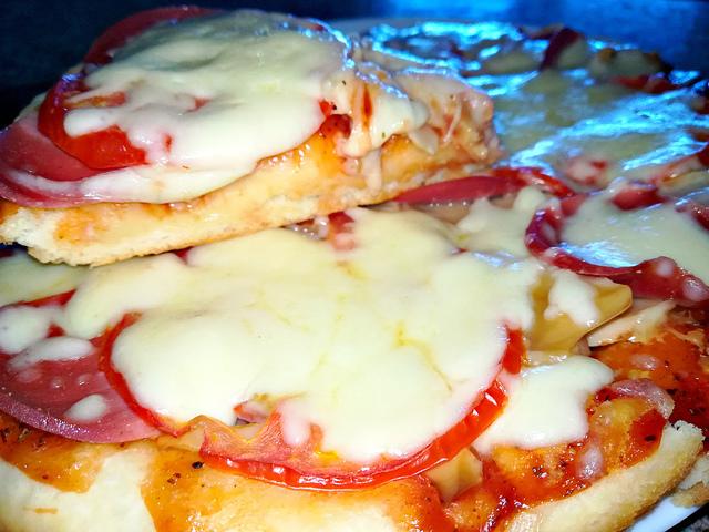 Фото к рецепту: Домашняя пицца в духовке
