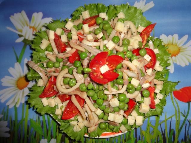 Фото к рецепту: Салат с кальмарами и горошком
