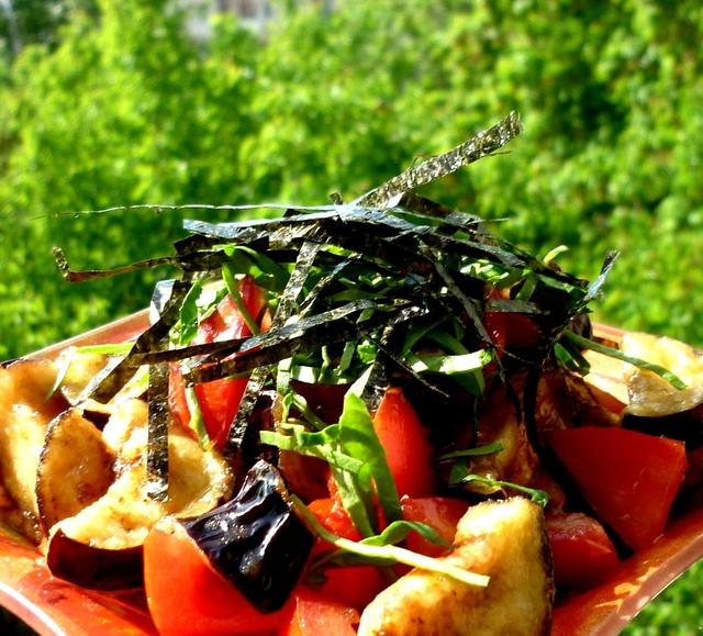 Фото к рецепту: Салат с хрустящими баклажанами,помидорами и нори в устричном соусе