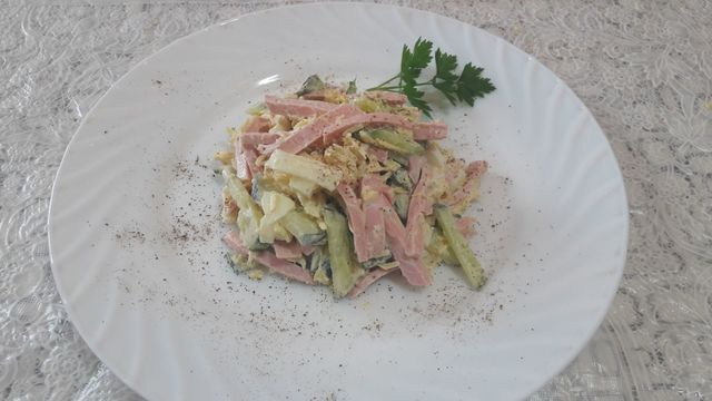 Фото к рецепту: Салат выручалочка из колбасы яиц и огурцов