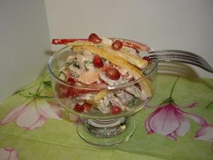 Фото к рецепту: Салат с копчёной курицей