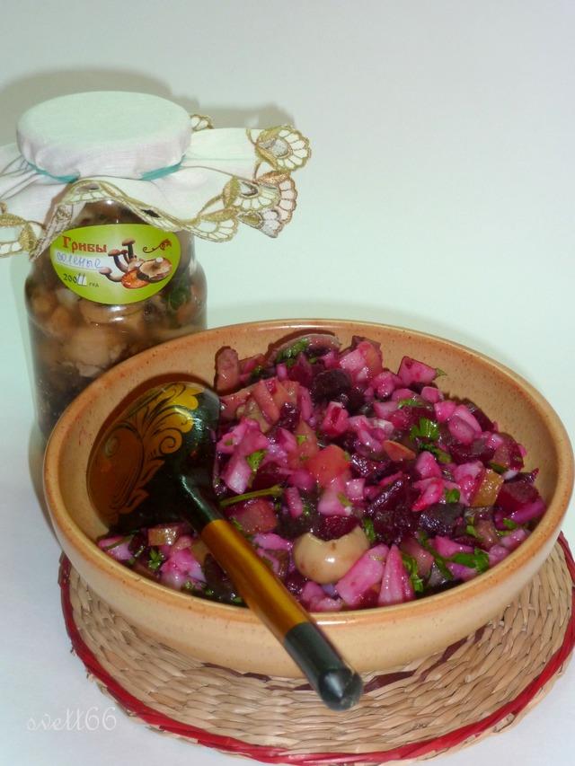 Фото к рецепту: Король салатов винегрет с солеными грибами деревенскимъ манеромъ