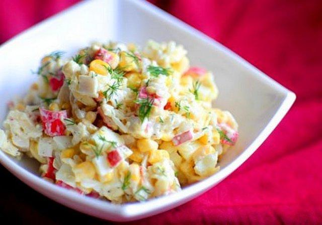 Фото к рецепту: Салат с крабовыми палочками и кукурузой / salad with crab sticks and corn