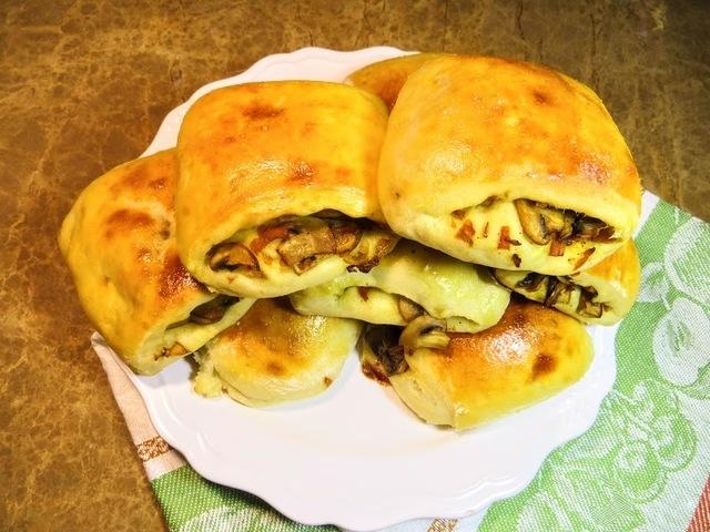 Фото к рецепту: Картофельные пирожки с любимой начинкой из грибов