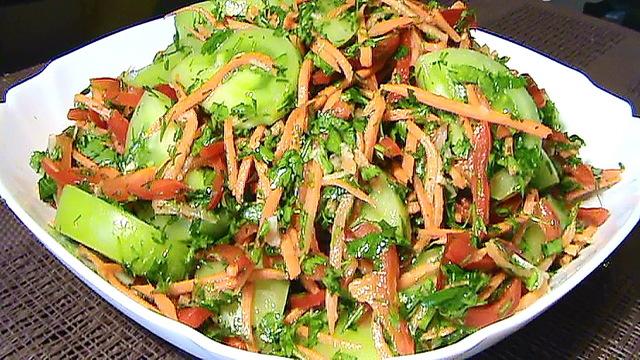 Фото к рецепту: Салат по-корейски с зелёными помидорами и морковью