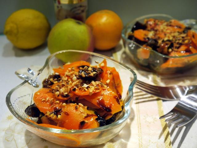 Фото к рецепту: Теплый морковный салат с черносливом и миндалем (витаминный завтрак)