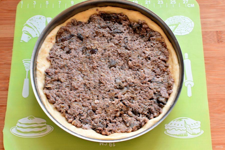 Пирог с мясным фаршем и опятами - фото шаг 7