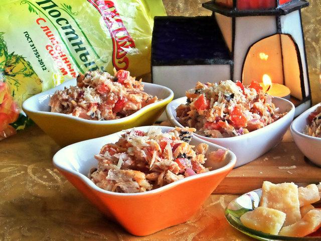 Фото к рецепту: Рыбный салат с пармезаном