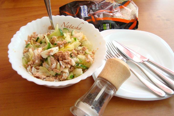 """Рисовый салат с тунцом и салатными листьями """"айсберг"""""""