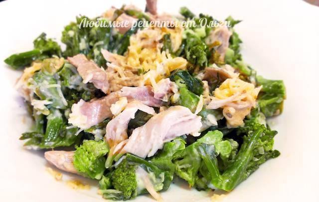Фото к рецепту: Салат из брокколи с курицей. очень вкусный рецепт!
