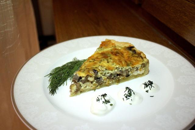 Фото к рецепту: Киш лорен с курицей и грибами