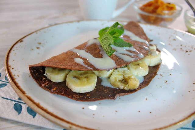 Фото к рецепту: Шоколадно - овсяновый блин с бананом