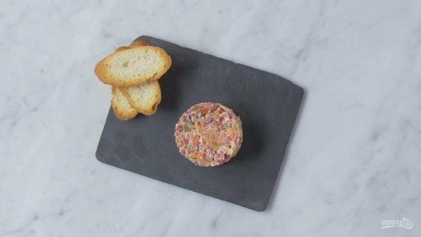 Тартар из Чоризо с сыром и томатами