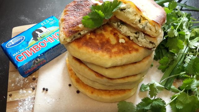 Фото к рецепту: Сырные лепешки с начинкой из творога и зелени
