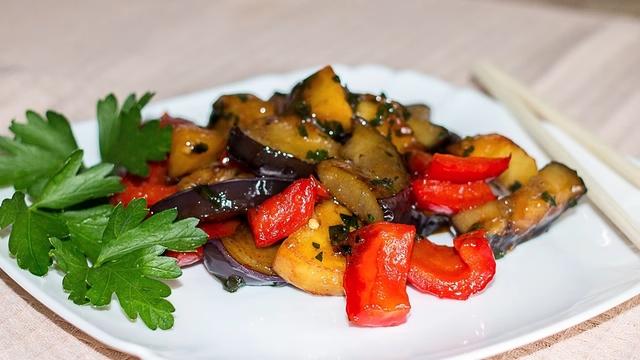 Фото к рецепту: Чисанчи - закуска из баклажанов с картофелем по-китайски