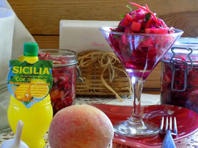Фото к рецепту: Салат из сезонных овощей с персиком.