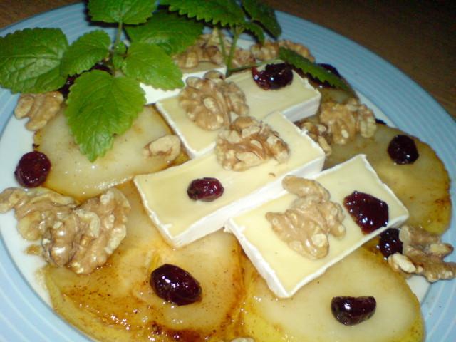 Фото к рецепту: Салат быть может из груши,грецких орехов и сыра camembert