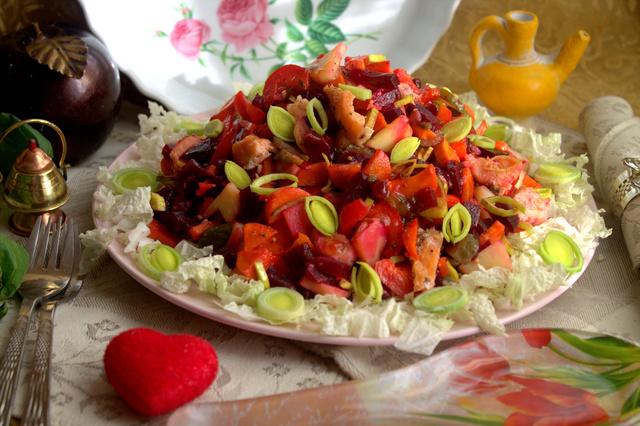 Фото к рецепту: Свекольный салат с рыбой