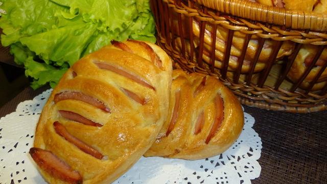 Фото к рецепту: Булочки с колбасой - хорошая альтернатива бутербродам