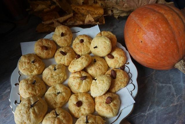 Фото к рецепту: Солёное сырное печенье тыквы