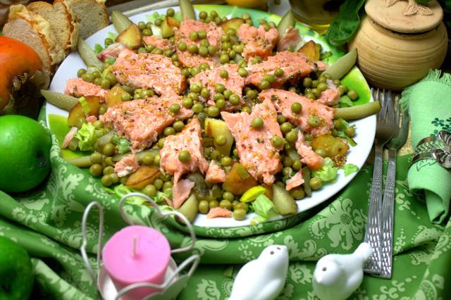 Фото к рецепту: Тёплый салат с жареным картофелем и лососем