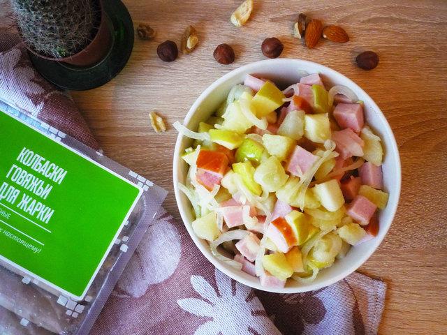 Фото к рецепту: Картофельный салат с яблоком и карбонадом. тест-драйв с окраиной