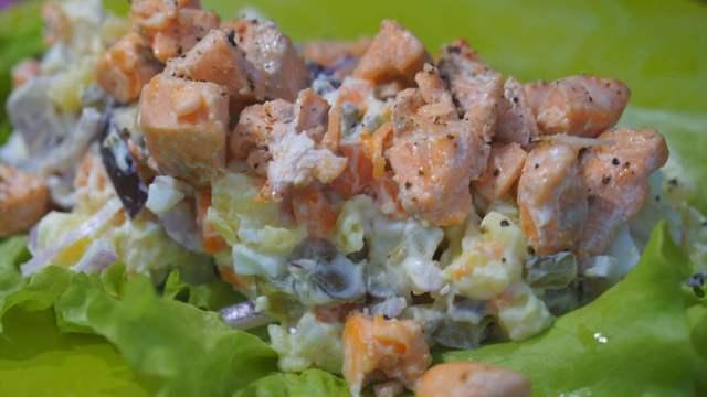 Фото к рецепту: Овощной салат с форелью!
