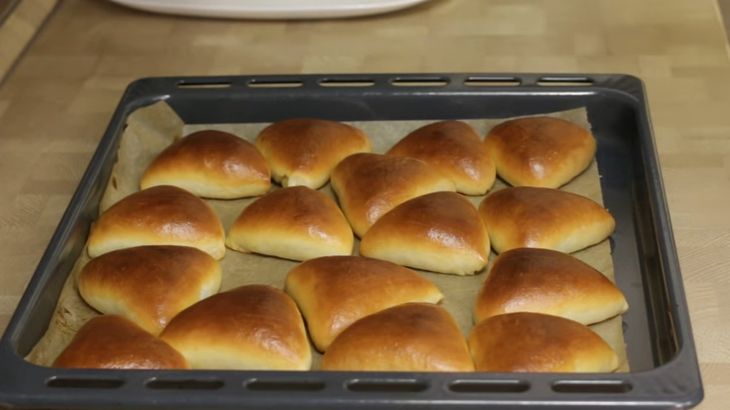 Рецепт пирожков с луком и яйцом. вкусное дрожжевое тесто