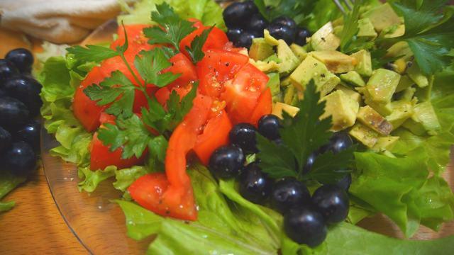 Фото к рецепту: Салат с авокадо и томатами!