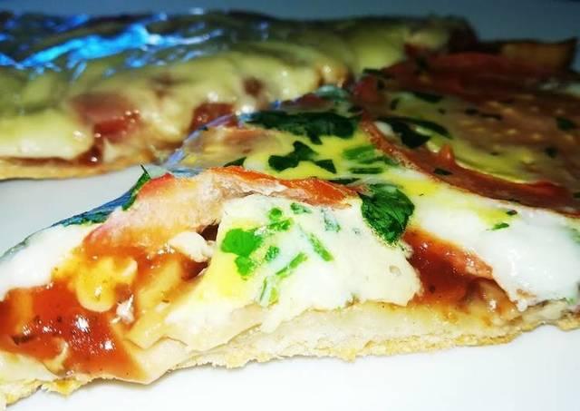 Фото к рецепту: Тоненькая пицца на воде без дрожжей