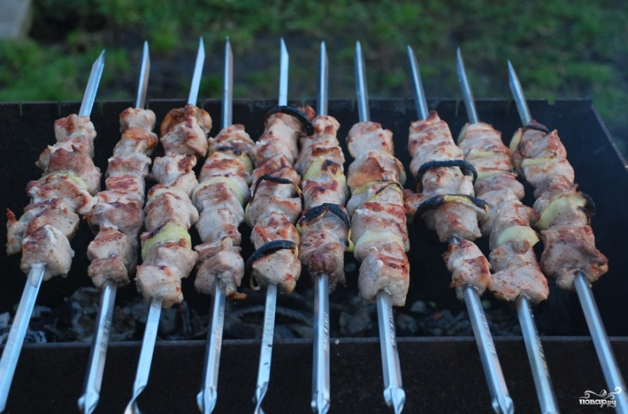 Шашлык из свинины без уксуса - фото шаг 8