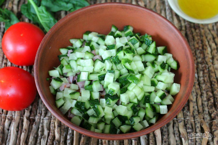 Салат из ветчины, помидоров и огурцов - фото шаг 4
