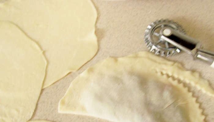 Тесто для чебуреков на минералке - фото шаг 4
