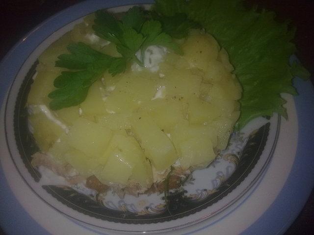 Фото к рецепту: Салат картофельный сборный с тунцом