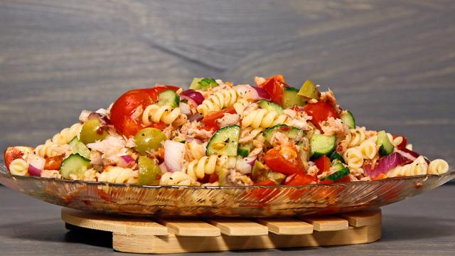 Фото к рецепту: Тёплый салат с пастой и тунцом