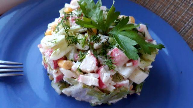 Фото к рецепту: Крабовый салат с огурцами и пекинской капустой