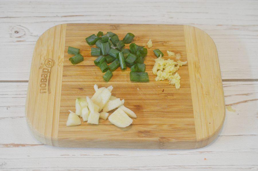Свиные отбивные с китайской капустой и рисовой лапшой - фото шаг 3