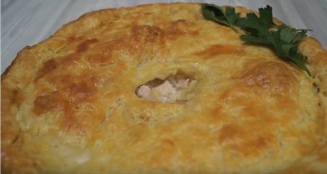 Фото к рецепту: Сочный пирог с курицей из слоеного теста. потрясающе вкусно!