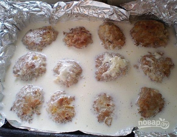 Тефтели, запеченные в духовке в сметанном соусе - фото шаг 10