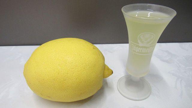 Фото к рецепту: Рецепт лимончелло - домашний лимонный ликер