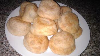 Фото к рецепту: Пирожки-бомбочки с помидорами и сыром - оперативные и бюджетные!
