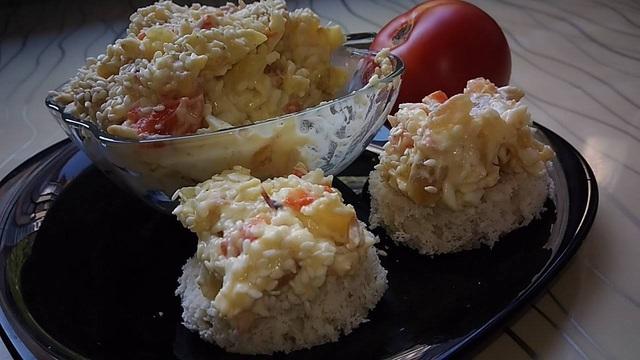 Фото к рецепту: подкопчённый сырный салат с болгарским перцем.