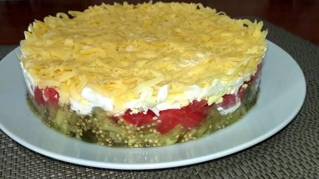 Фото к рецепту: Слоеный салат с баклажанами и помидорами
