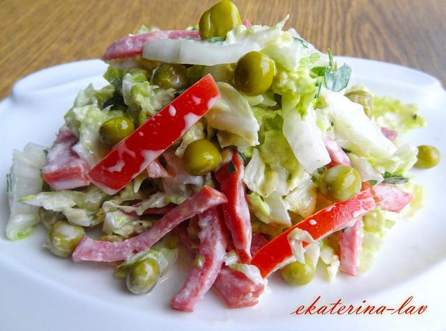 Фото к рецепту: Невероятно быстрый, вкусный и сочный салат из серии гости на пороге