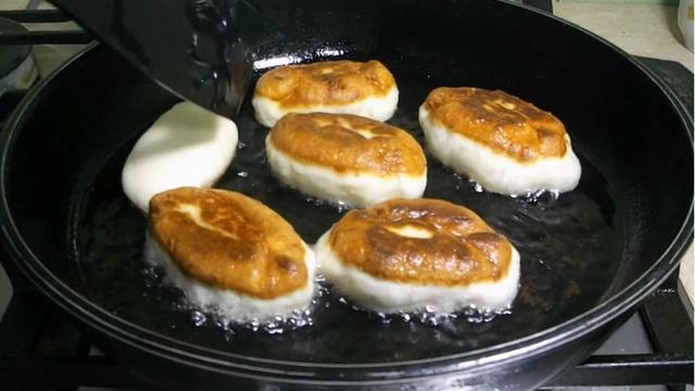 Фото к рецепту: Жареные домашние пирожки на кефире