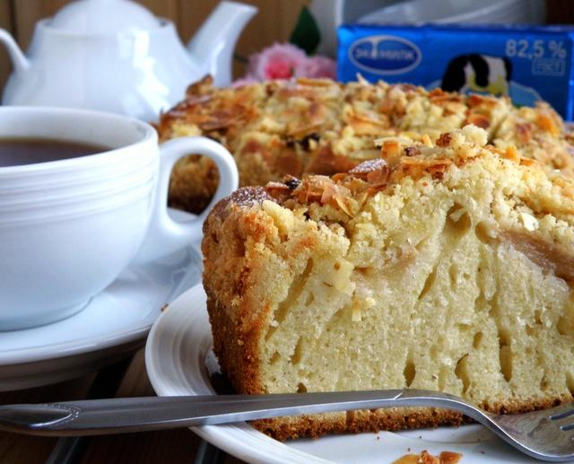 Фото к рецепту: Пирог с яблоками и штрейзелем.